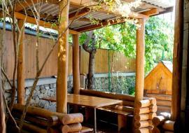 У Артема - Алушта частный сектор  двор с кухней