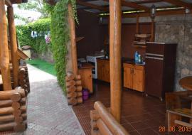 Тёма - Алушта частный сектор  двор с кухней